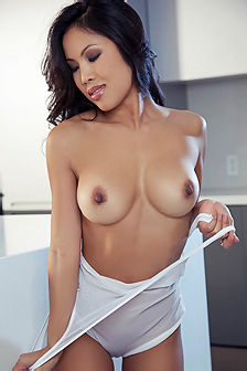 Stunning Asian Babe Thuy Li Strips